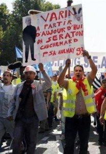 Imposer à PSA et au gouvernement le retrait du plan de suppressions d'emploi dans Luttes, grèves, manifs afp-pierre-verdy-des-salaries-de-psa-citroen-peugeot-brandissent-une-pancarte-visant-le-pdg-du-c-207x300