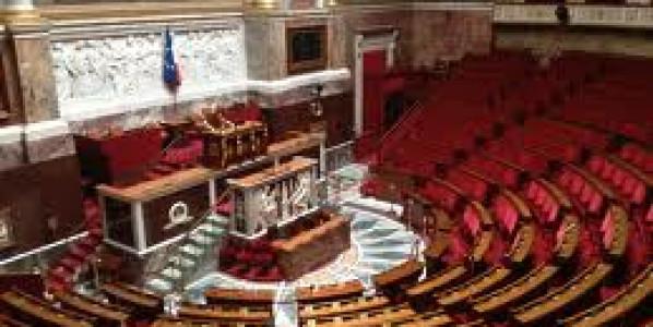 Sans surprise, l'Assemblée nationale vote largement contre les cheminots. Les élus Front de gauche émettent finalement un vote négatif